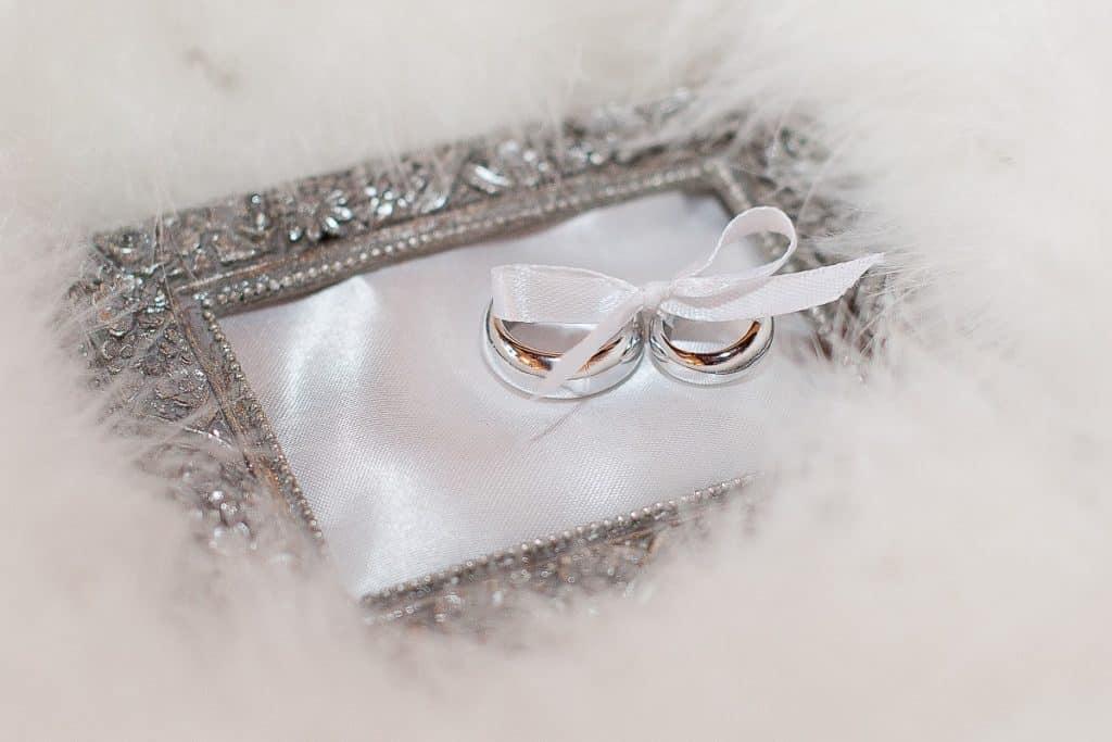 Na které ruce se nosí snubní a zásnubní prsten?