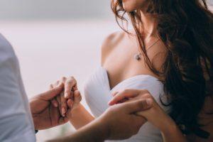 Nevěsta s ženichem držící se za ruce