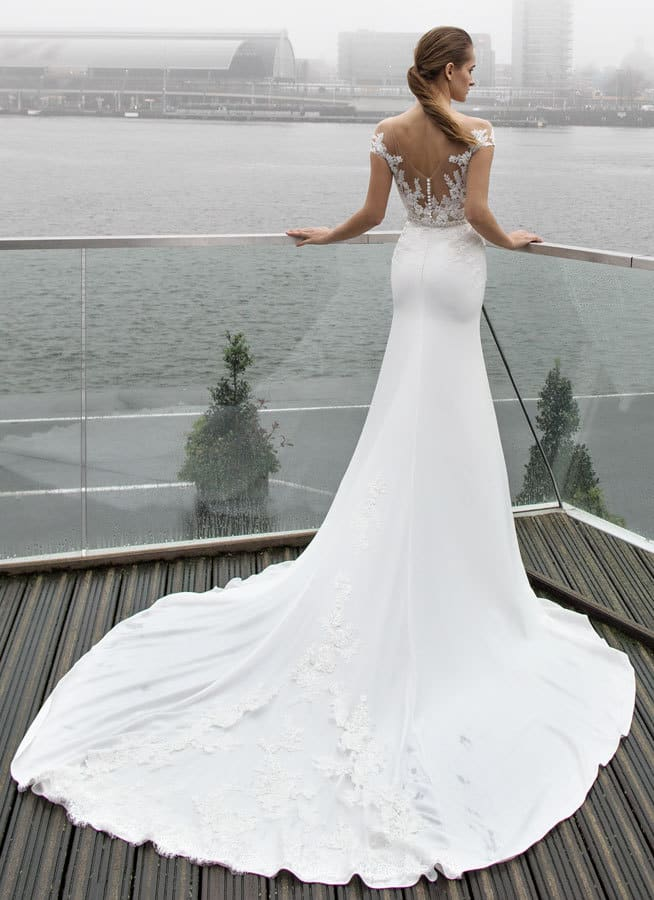 Může být vysoká postava při výběru svatebních šatů na překážku?