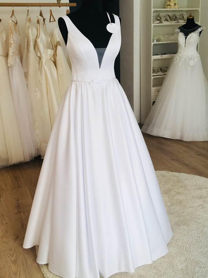 Svatební šaty trendy 2019 – HLUBOKÝ VÝSTŘIH